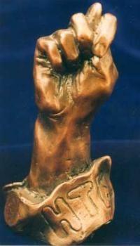 Статуэтка в форме кукиша