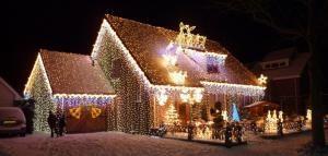 Дом в рождественских огнях