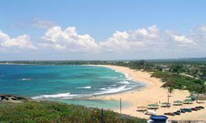 Нетронутый уголок дикого пляжа