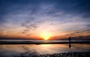 Прекрасный закат на пляже Тхиен Кан