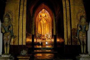 Статуя Будды в Храме Счастья