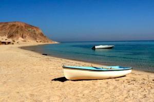 Песчаеый пляж в Дахабе