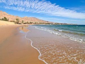Песчаный пляж в Нувейбе