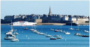 Вид на город Сен-Мало со стороны моря